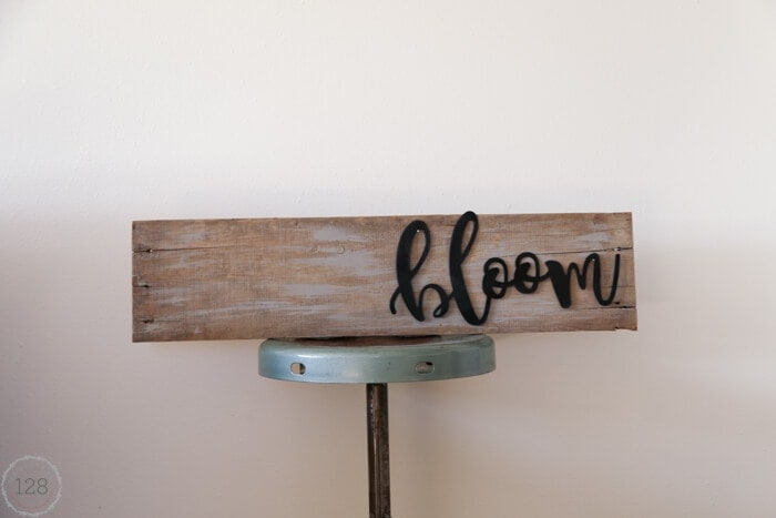 A metal script pallet sign tutorial has both a modern and rustic look.