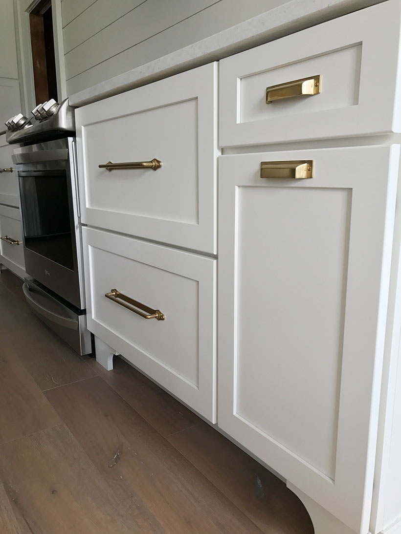 white shaker kitchen cabinets with brass hardware, brass kitchen hardware, gold hardware kitchen, #fixerupper #kitchendesign, #kitchen